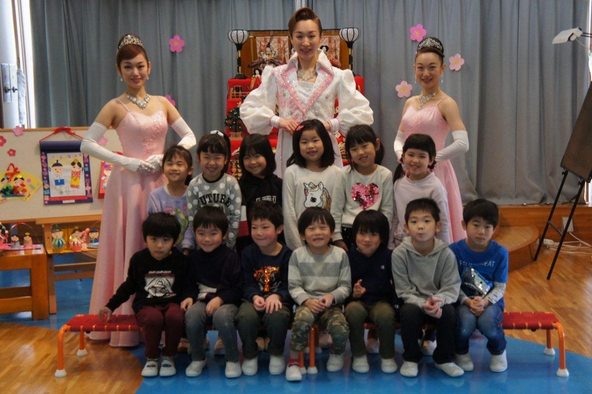 加賀屋雪月花歌劇団の方々がプレゼントをもってきてくれました!