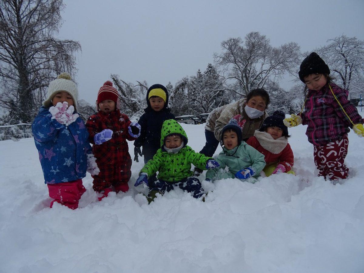 雪遊びを楽しんでいます!(さくら・すみれ)