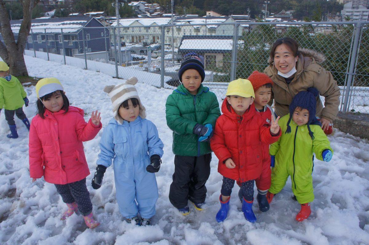 雪遊びを楽しんでいます!(たんぽぽ・ゆり・こすもす)